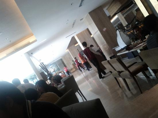Grand Aston Yogyakarta: Spacious Saffron Restaurant.