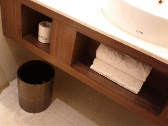 Grand Aston Yogyakarta: Bathroom amenities.