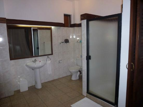Tamarind Village Apartments: Bathroom