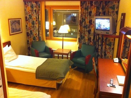 Scandic Vasteras: Desk, TV and window