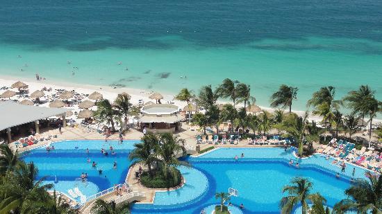 Hotel Riu Caribe: Vista de parte de la pileta y la playa desde el balcon de nuestra habitacion