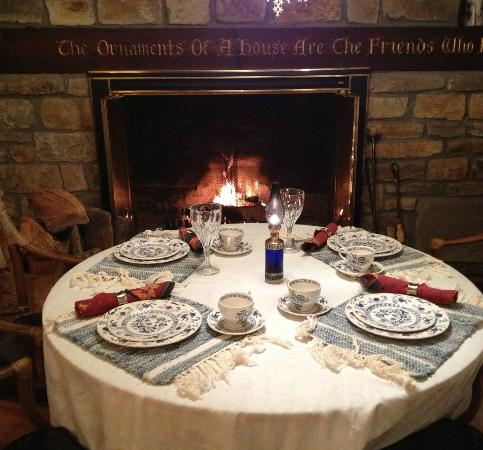 Robinwood Inn: Dinner table in front of fire in dining room