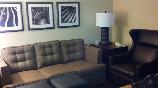 Embassy Suites by Hilton Hotel Los Angeles International Airport South: Front room...nice couch and leather highback