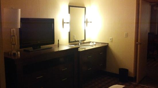 ‪‪Embassy Suites by Hilton Hotel Los Angeles International Airport South‬: A separate sink in the bedroom...nice