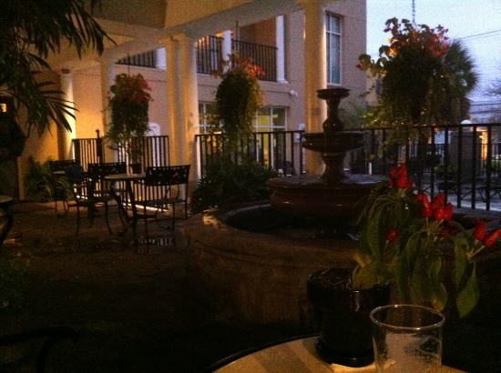 King Charles Inn: Outdoor Lounge by Pool