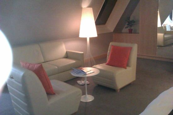 Radisson Blu Hotel, Amsterdam: Nice white sofas in Junior suite