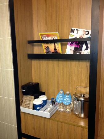 Aloft Chapel Hill: Amenities. Good magazines.