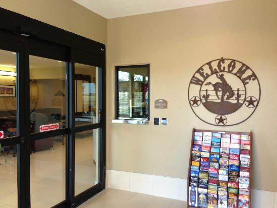 Microtel Inn & Suites by Wyndham Round Rock: Hotel entrance