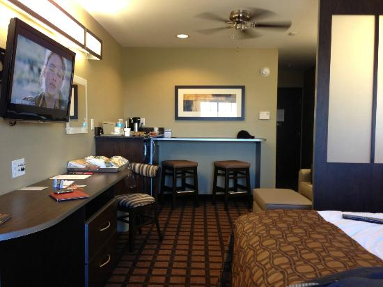 Microtel Inn & Suites by Wyndham Round Rock : Room with bar area