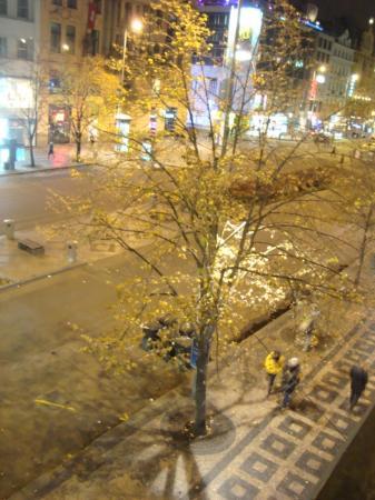 Adria Hotel Prague: Вечер - город бурлит