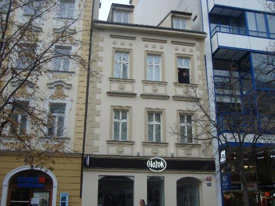 Adria Hotel Prague: Я в номер 24а и два окна слева номер 23а