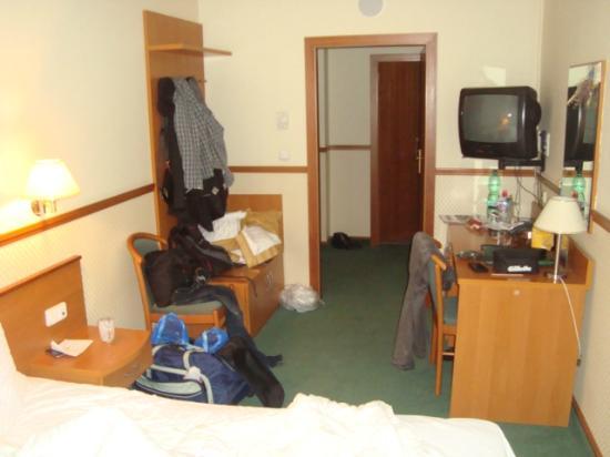 Adria Hotel Prague: Узкий номер