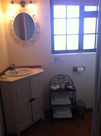 AmaKhosi Guesthouse: garden room bathroom
