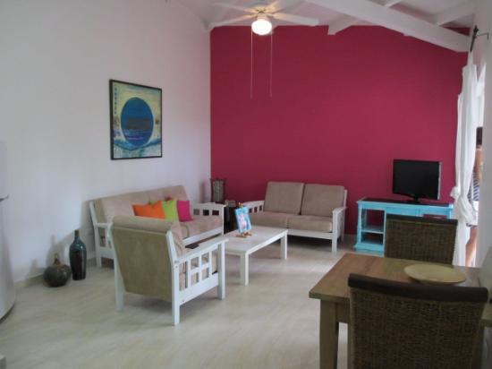 Boardwalk Hotel Aruba: er is maar 1 kamer met deze roze wand