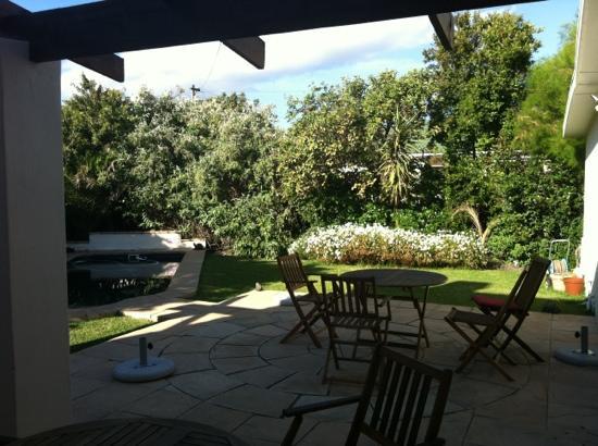 AmaKhosi Guesthouse: garden and pool