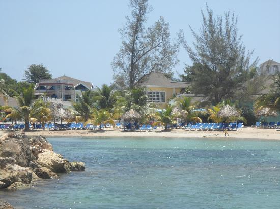 Piper's Cove Resort: View of Decameron Club Carribean from beach