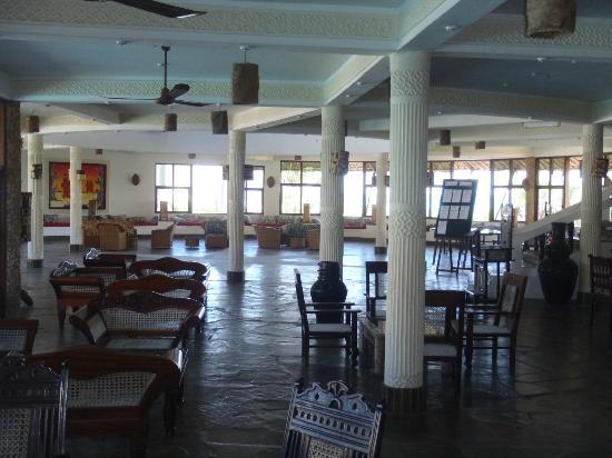 Jacaranda Beach Resort: Il salone da cui si accede al ristorante e al bar principale.
