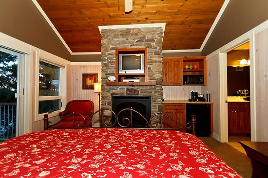 Larsmont Cottages on Lake Superior:                   Lakeside Cottage Suite 1
