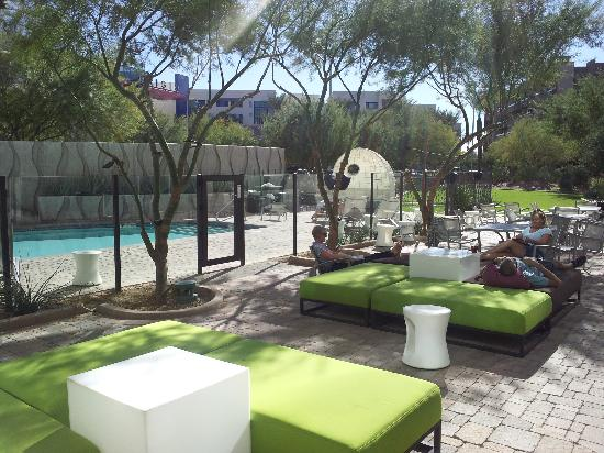 Aloft Tempe: poolside - there is no outside hot tub or Jacuzzi