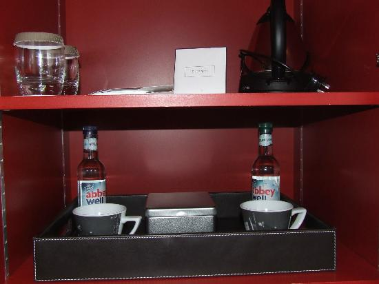 Apex City of Edinburgh Hotel: Tea/coffee, cookies & bottled water