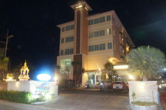 Smile Hua - Hin Resort: Hotel at night