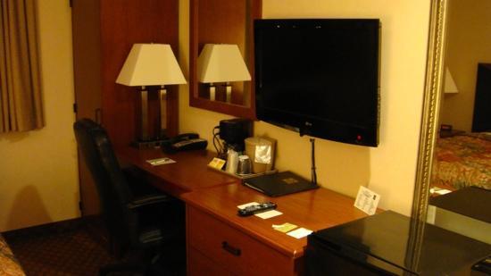 Sleep Inn Brooklyn: bureau, écran plasma, frigo et armoire avec coffre fort