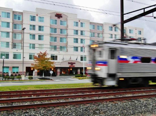 Residence Inn Philadelphia Conshohocken: The train line in front of the hotel.