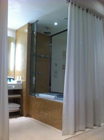 Boscolo Exedra Nice, Autograph Collection: salle de bains ouverte sur la chambre, on aime... ou pas!