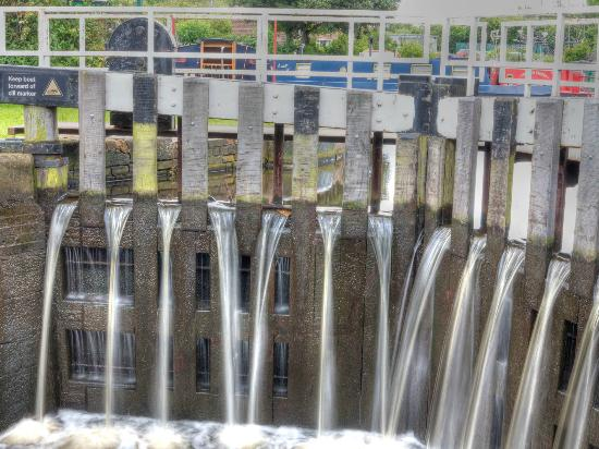 Sheffield and Tinsley Canal Trail: Water creep over the lock doors
