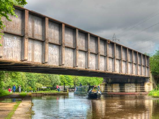 Sheffield and Tinsley Canal Trail: Railway bridge goes over the canal