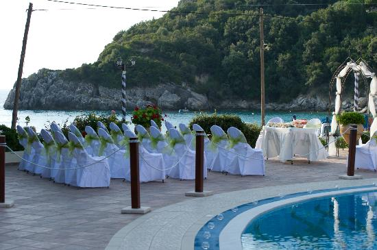 Christos Tavern: Ceremony area with a view of the beach