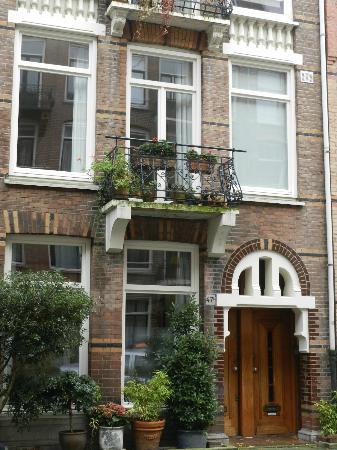 Le Quartier Sonang: La chambre de ville est au 1er étage (les 3 fenêtres au-dessus de la porte)