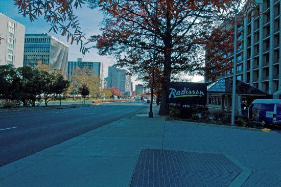 Hilton Garden Inn Reagan National Airport Hotel Front Entrance View