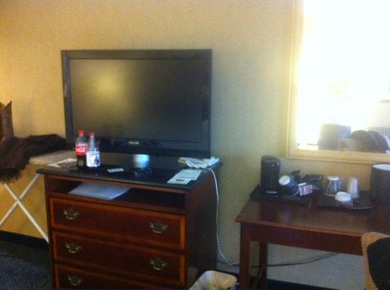 Holiday Inn Riverwalk: We moved the coffee and ice bucket out of bathroom (kinda gross to have food/drink in toilet are