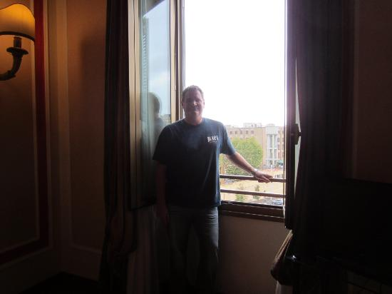 BEST WESTERN Hotel Canada: Loved the window that opened to the street. It was quiet when closed.