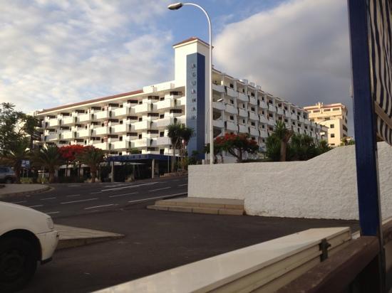 Apartamentos Aguamar: hotel entrance July 2012