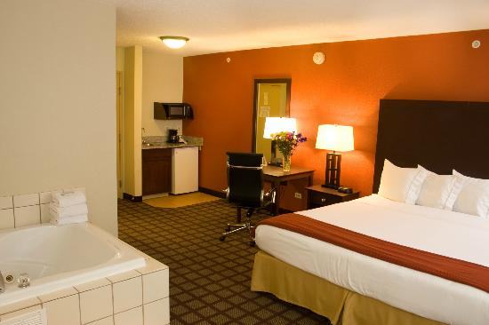 Holiday Inn Express Hotel & Suites Chicago-Algonquin: King Jacuzzi Suite