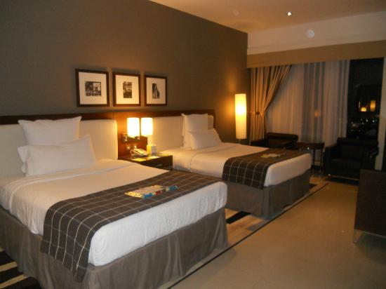 Four Points by Sheraton Sheikh Zayed Road, Dubai: Biggest twin room ever!