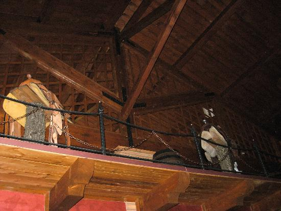 La taverna dei briganti: Le selle esposte sul soppalco.