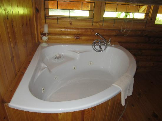 Abalone Lodges: Corner jacuzzi bath in ensuite