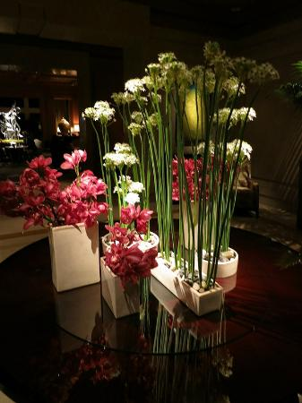 The Umstead Hotel and Spa: Lobby entryway flowers