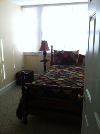 Inn at Lincoln Square: One of 3 bedrooms, twin bed, Eva Danner Townhouse.