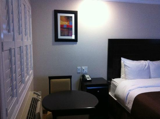 Americas Best Value Inn Riverside: side table