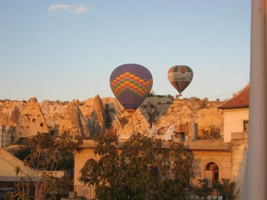 Vineyard Cave Hotel: Balloons visit some mornings