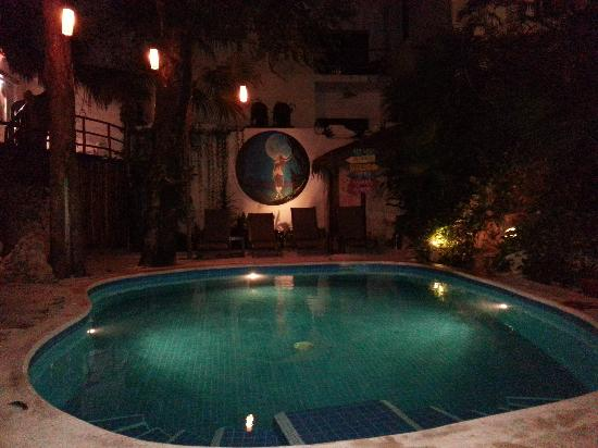 Luna Blue Hotel: quaint pool area right next to the bar.