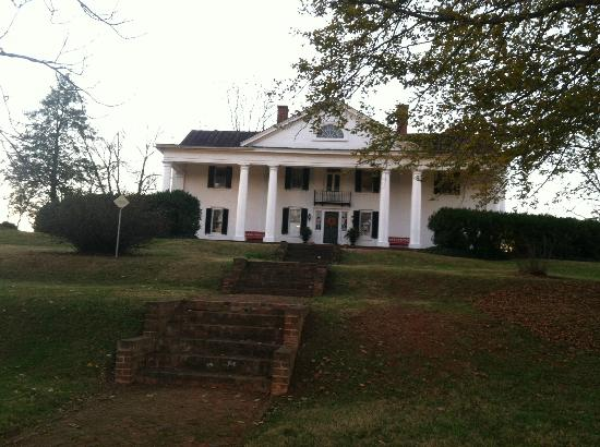 Inn at Meander Plantation: View from driveway when you pull up