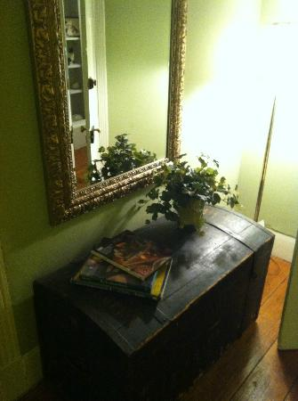 Inn at Meander Plantation: Mirror and cute trunk in Col. Fry suite
