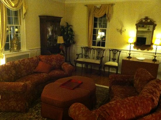 Inn at Meander Plantation: Sitting room on main level