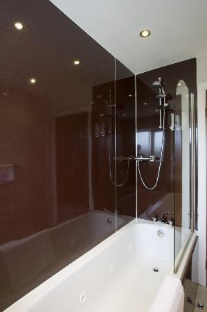 Orchard Park Hotel: Bathroom