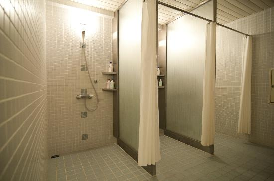 Okinawa Grand Mer Resort: Shower room in the pool